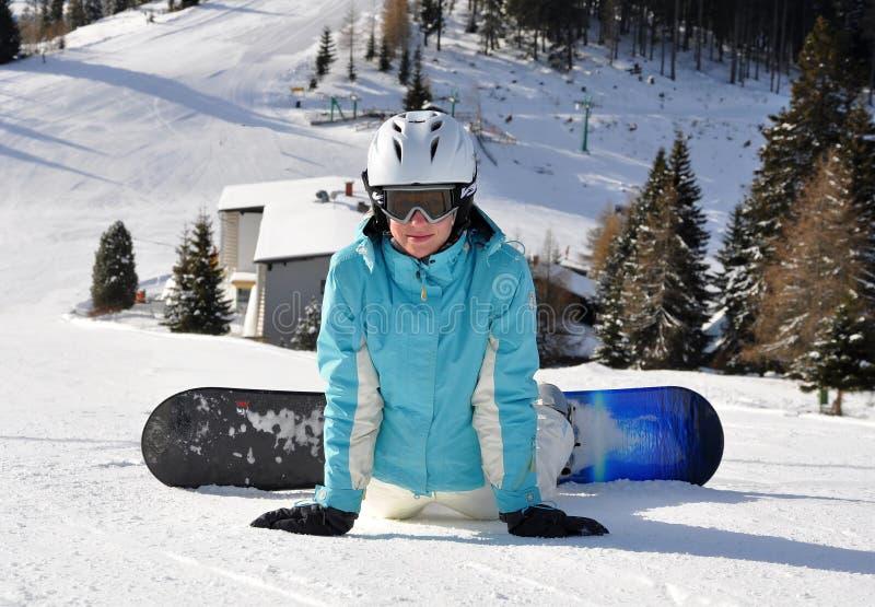 Молодая женщина на snowboard стоковые изображения rf