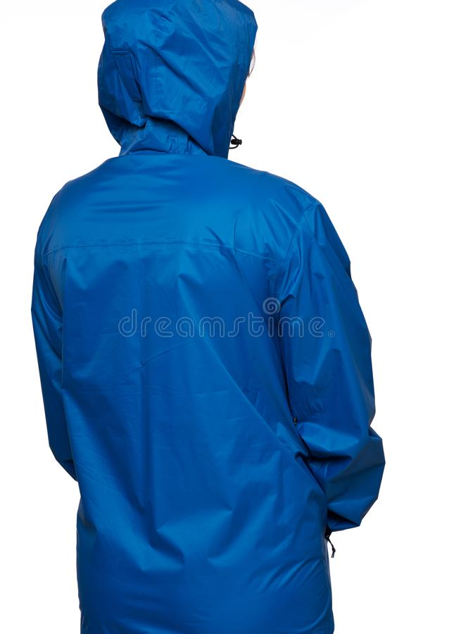 Молодая женщина носит голубой плащ с клобуком стоковая фотография rf