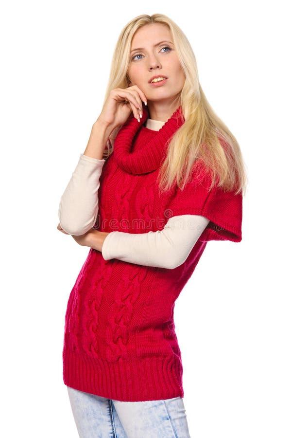 Молодая женщина нося теплый свитер стоковые фото