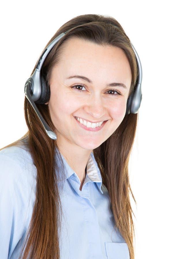 Молодая женщина обслуживания клиента усмехаясь в офисе центра телефонного обслуживания стоковая фотография