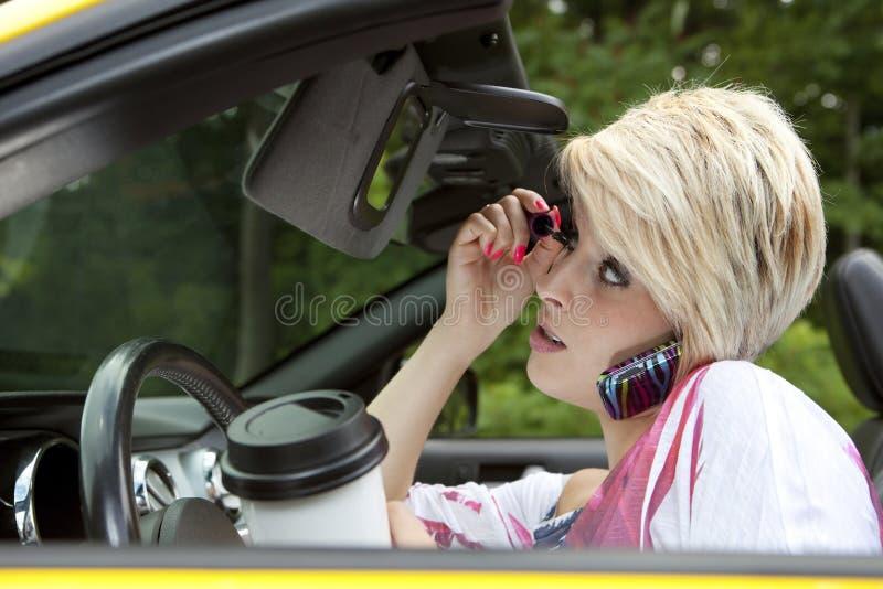 Молодая женщина отвлекла пока управляющ стоковые фотографии rf