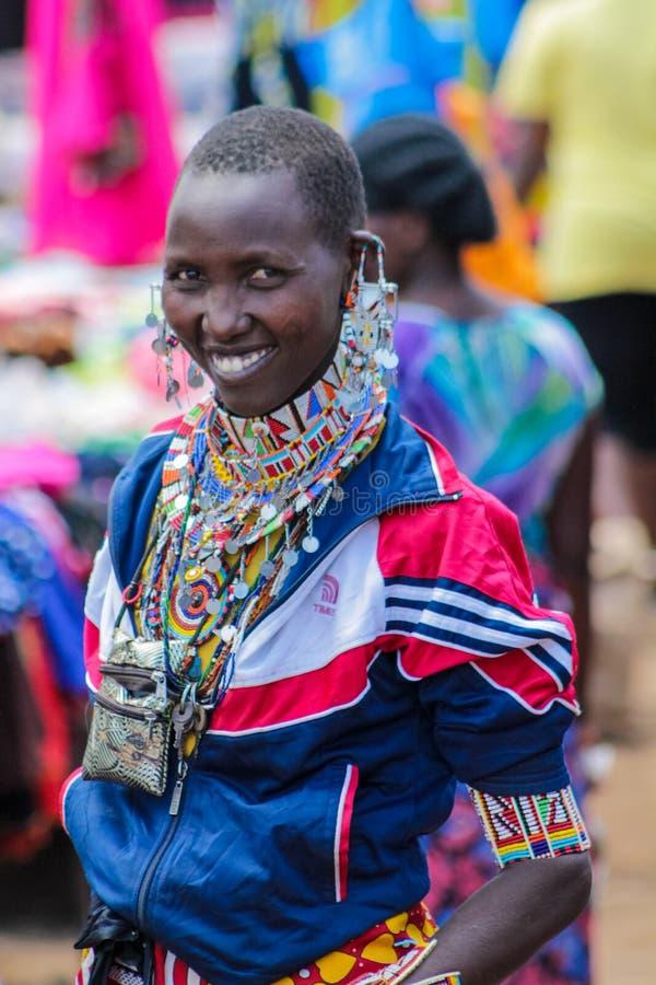 Молодая женщина племени Masai традиционная одетая усмехаясь в Африке стоковое фото