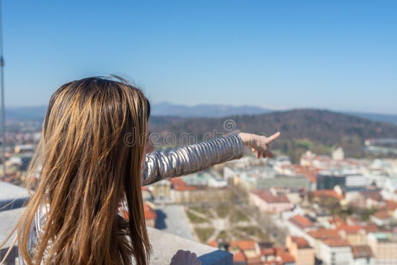 Молодая женщина поверх башни замка Любляны стоковые изображения rf