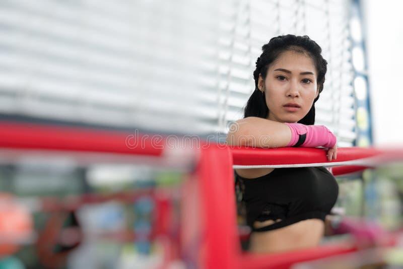 Молодая женщина подготавливает для тренировки в фитнес-центре Женский боксер стоковая фотография rf