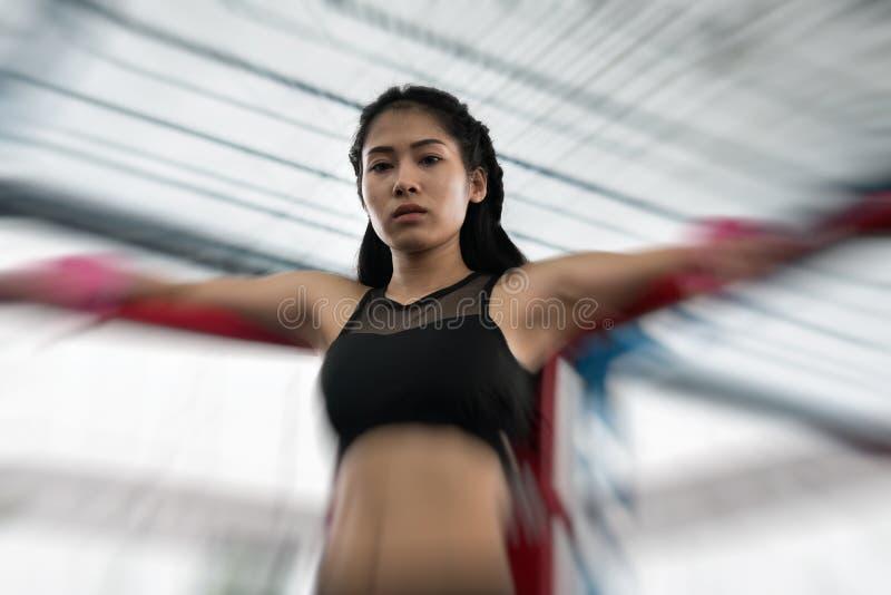 Молодая женщина подготавливает для тренировки в фитнес-центре Женский боксер стоковые фотографии rf