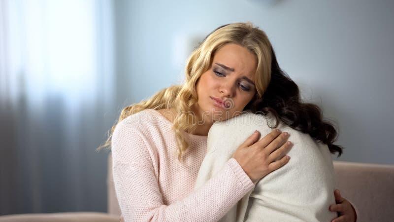 Молодая женщина поддерживая ее лучшие други, проблемы здоровья, заботу и сострадание стоковые изображения rf
