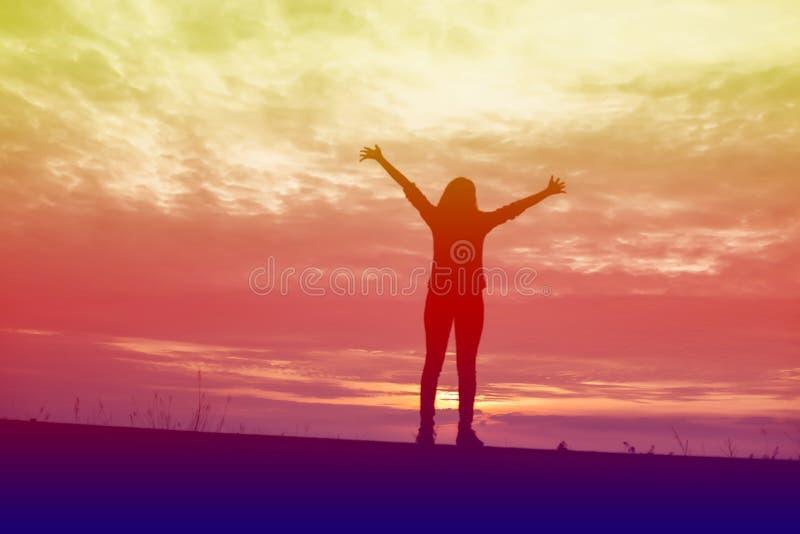 Молодая женщина поднимает руки для своего успеха, концепции успеха в жизни стоковая фотография rf