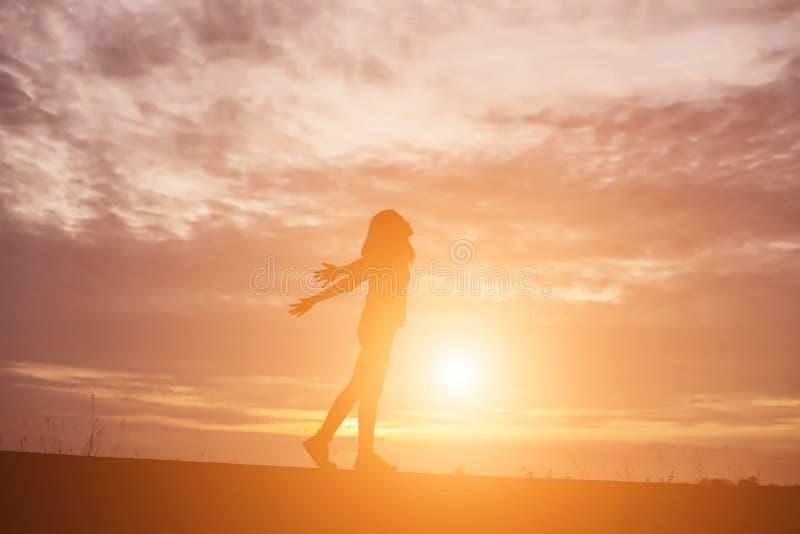 Молодая женщина поднимает руки для своего успеха, концепции успеха в жизни стоковая фотография