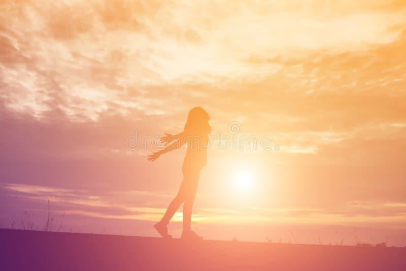 Молодая женщина поднимает руки для своего успеха, концепции успеха в жизни стоковые фото