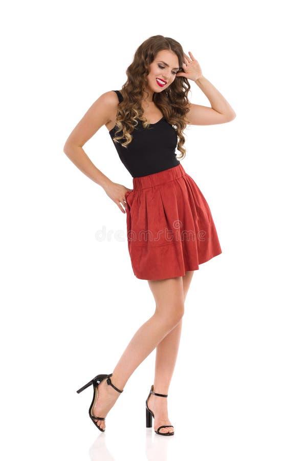 Красивая девушка позирует в мини юбке