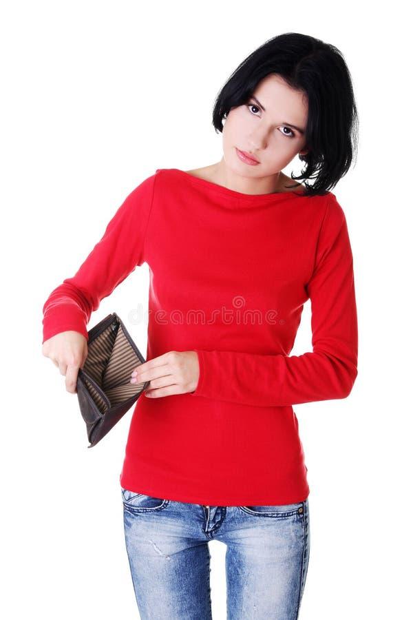 Молодая женщина показывает ее пустой бумажник. стоковое фото rf