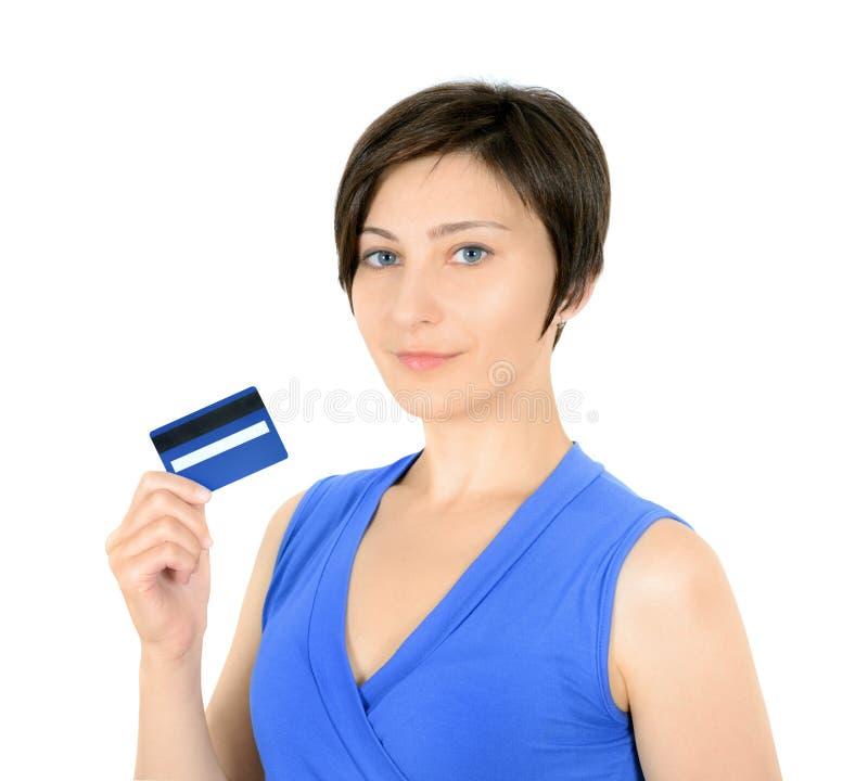 Молодая женщина показывая кредитную карточку стоковая фотография