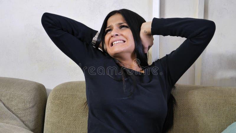 Молодая женщина покрывая ее уши, слишком много шума стоковые изображения rf