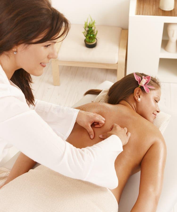 Молодая женщина получая глубокий массаж ткани стоковая фотография rf