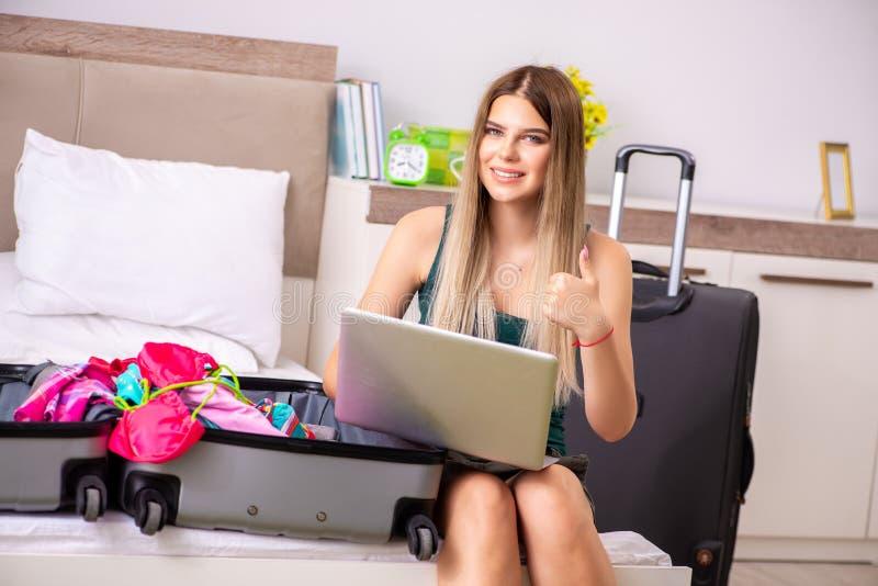 Молодая женщина получая готовый на летние каникулы стоковое фото rf