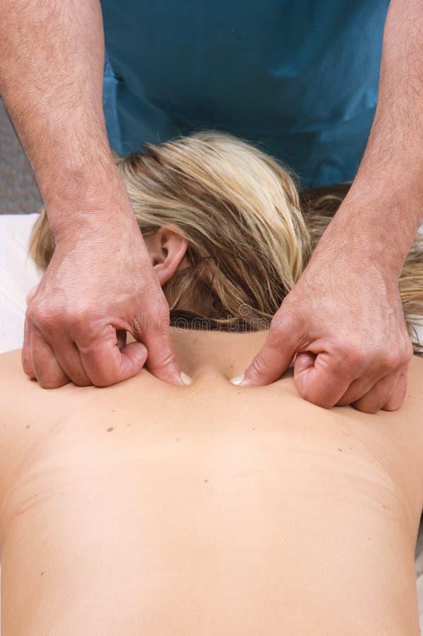 Молодая женщина получая массаж стоковые фотографии rf