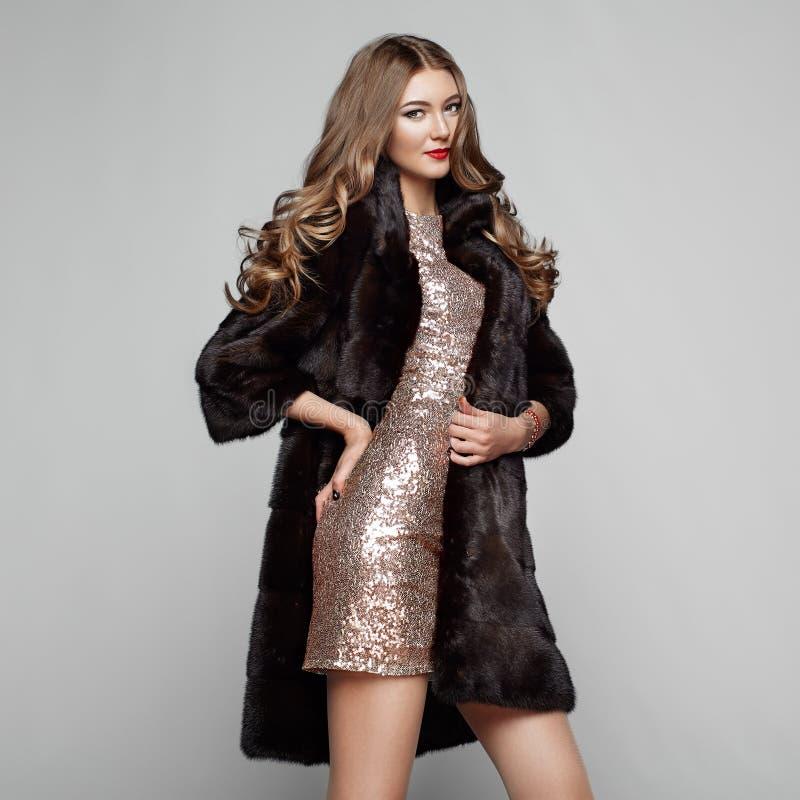 Молодая женщина портрета моды в черной меховой шыбе стоковые фотографии rf