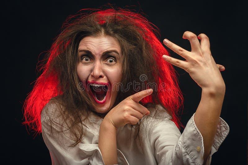 Молодая женщина потехи сумасшедшая стоковая фотография