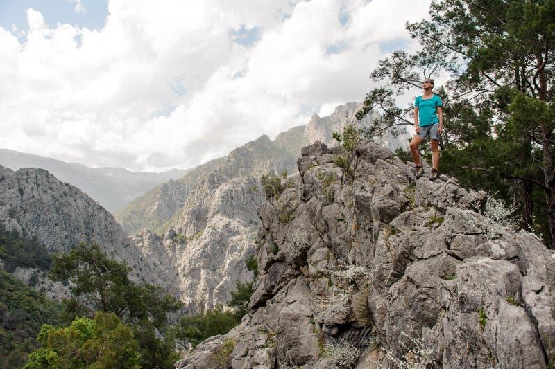 Молодая женщина представляет наверху горы стоковое фото rf