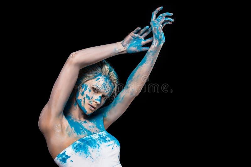 молодая женщина представляя в порошке цинковой пыли стоковое фото rf