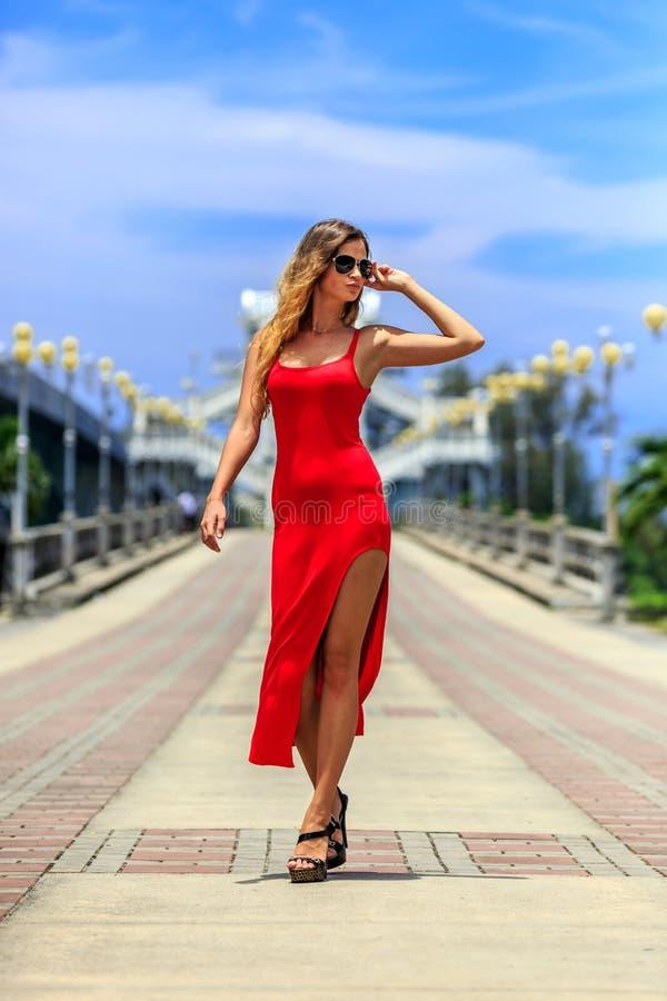 Молодая женщина представляя на мосте Sarasin стоковое изображение