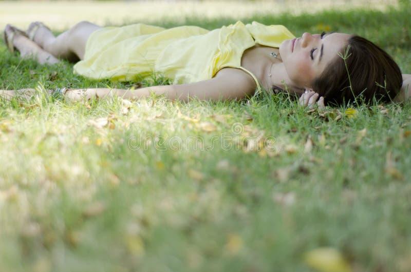 Молодая женщина принимая ворсину в парке стоковые фото