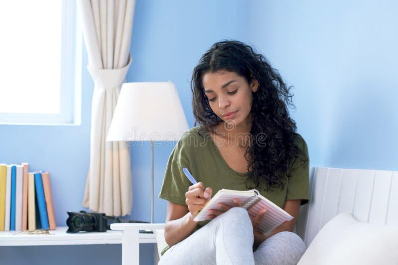 Молодая женщина принимая примечания стоковые фотографии rf