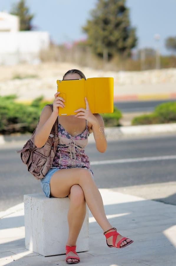 Молодая женщина принимая фото используя ее ПК таблетки стоковые фото