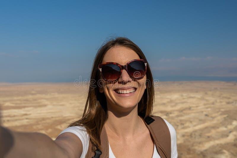 Молодая женщина принимая selfie в пустыне Израиля стоковое фото rf