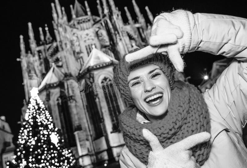 Молодая женщина путешественника на рождестве в Праге обрамляя с руками стоковые фотографии rf