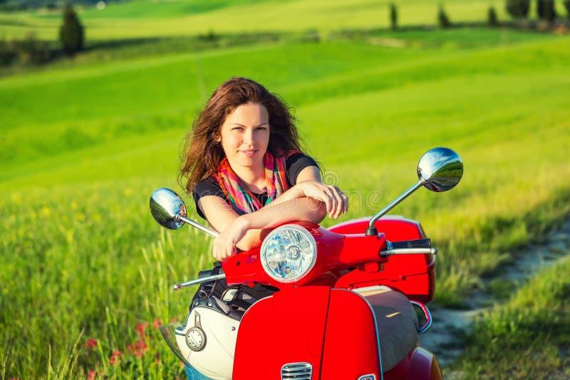 Молодая женщина путешествуя в Тоскане стоковое фото rf