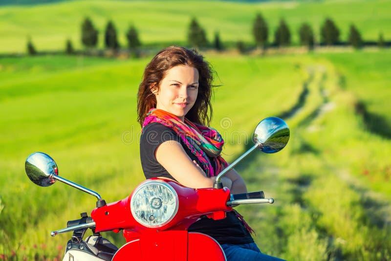 Молодая женщина путешествуя в Тоскане стоковые фото