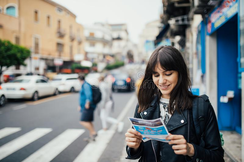 Молодая женщина путешествуя к Италии Посещая Taormina, Сицилия, Италия Путешественник женщины наслаждаясь очаровывающ среднеземно стоковое фото