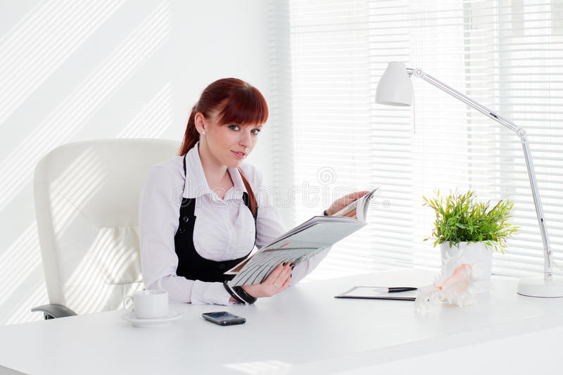 Молодая женщина работая в офисе стоковые изображения rf