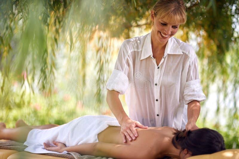 Молодая женщина расслабляющая в курорте и центре здоровья пока receivi стоковое фото