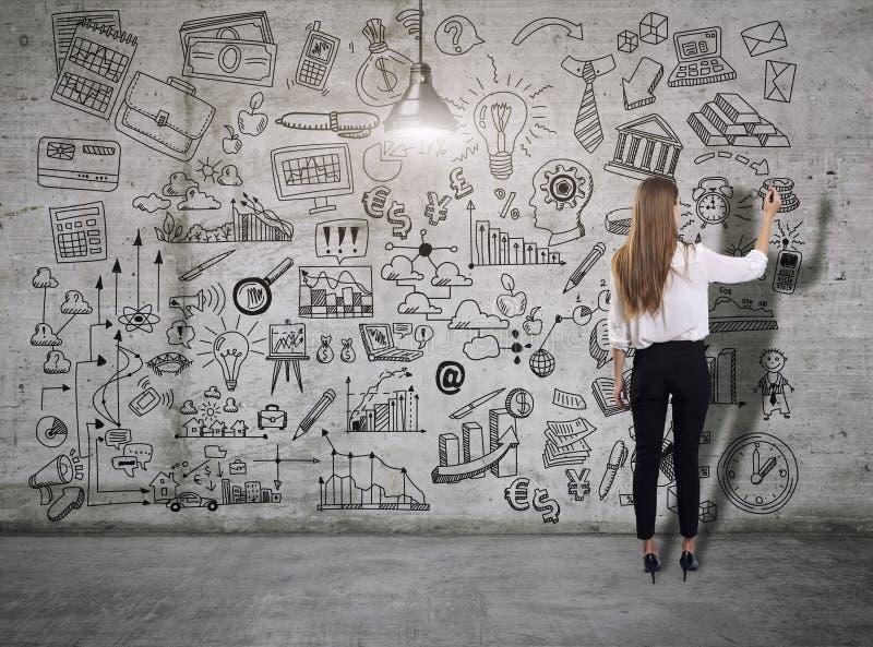 Молодая женщина рисуя эскиз дела E иллюстрация штока