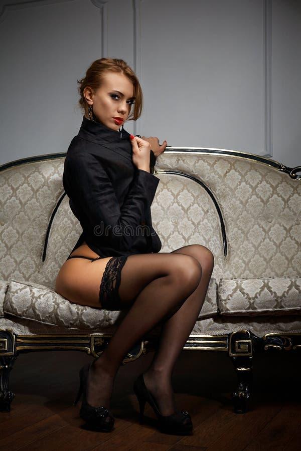 Молодая в кресле