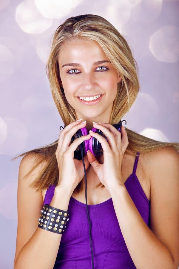 Молодая женщина слушая к нот стоковая фотография rf