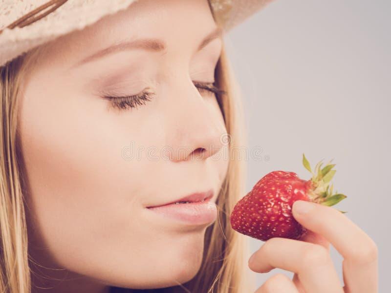 Молодая женщина со свежей клубникой стоковая фотография rf