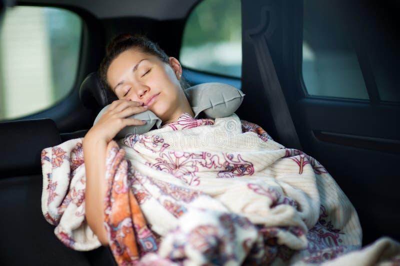 самые интересные человек спит в машине фото основана