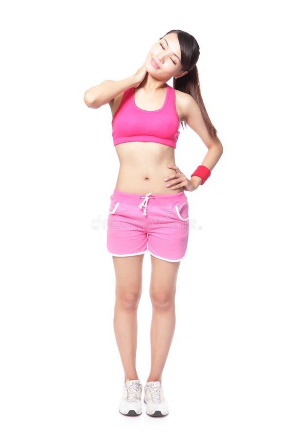 Молодая женщина спорта касатьясь ее плечу стоковые изображения rf