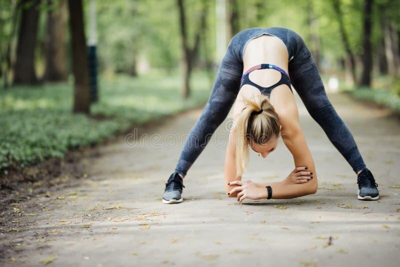 Молодая женщина спорта работая перед jogging снаружи в природе стоковые фотографии rf