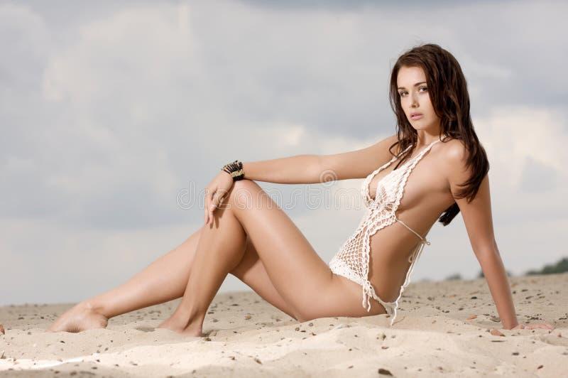 Молодая женщина способа довольно сексуальная на пляже стоковое изображение