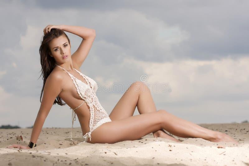 Молодая женщина способа довольно сексуальная на пляже стоковые фотографии rf