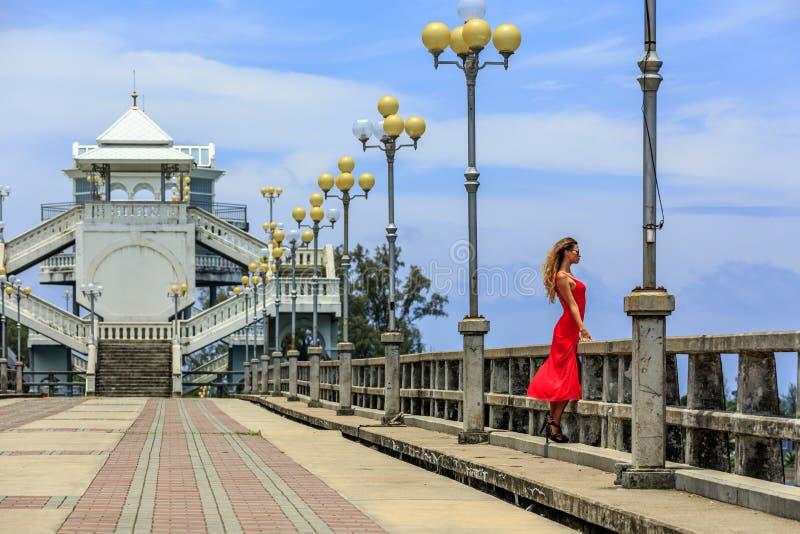 Молодая женщина стоя на мосте Sarasin стоковые фотографии rf