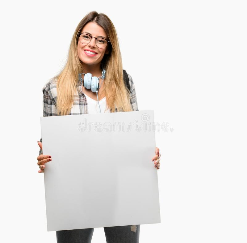 Молодая женщина студента с наушниками и рюкзаком стоковые фотографии rf