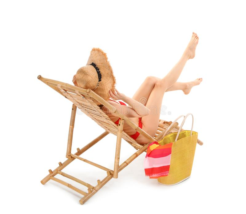 Молодая женщина с аксессуарами пляжа на солнце стоковое изображение