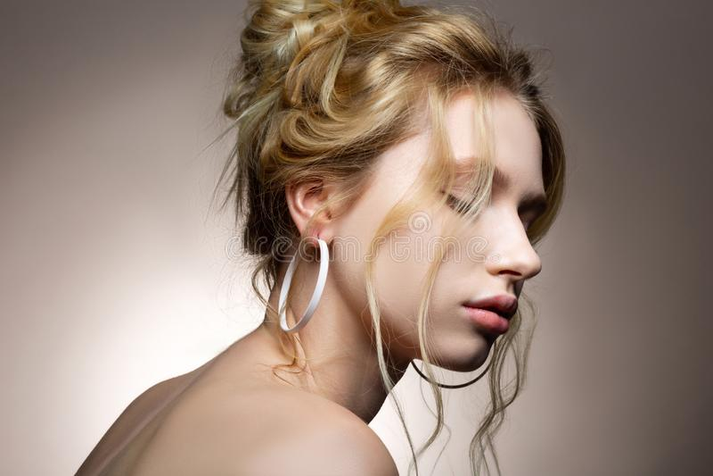 Молодая женщина с белокурым спокойствием чувства волнистых волос и св стоковые фотографии rf