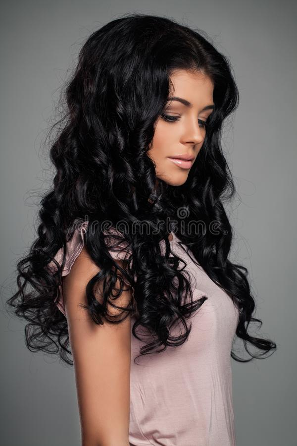 Молодая женщина с длинным вьющиеся волосы, портретом стоковые изображения rf
