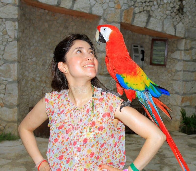 Молодая женщина с ее отечественным попугаем ara стоковая фотография rf